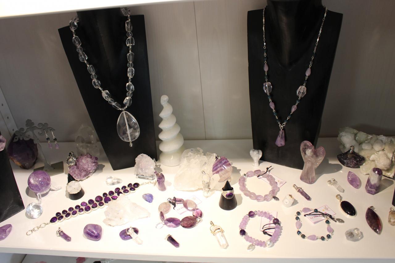 Vue d'ensemble dont bracelets améthyste et collier cristal de roche