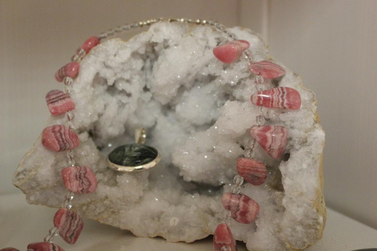 Collier rhodochrosite + pendentif séraphinite sur géode de quartz
