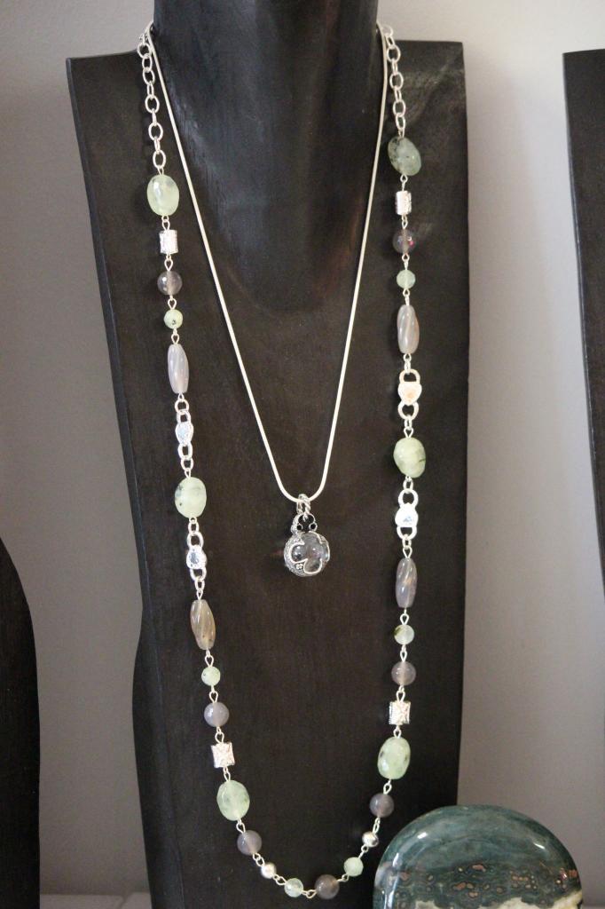 sautoir phrénite et agate grise + pendentif celtique cristal de roche